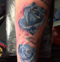 tattoo van twee blauwe rozen met namen erbij