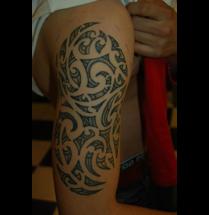 Moderne tribal tatoeage op de schouder