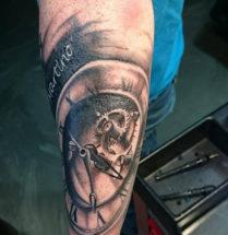 Erg mooie 3D tatoeage van een klok