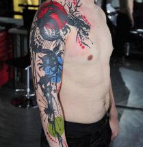 strakke tatoeage van een japanse draak die ver uitloopt tot de borst waarin veel kleur wordt gebruikt.