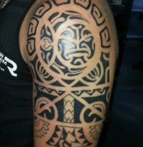 maori tattoo boven arm / shouder