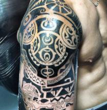 maori tattoo op de bovenarm die bijna klaar is.