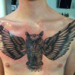 grote uil tatoeage over de gehele borst van een man