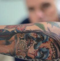 gekleurde chicano tatoeage op de onderarm
