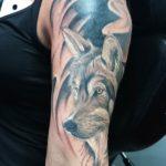 Black and Gray wolf tatoeage op de arm