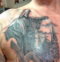 tatoeage van een standbeeld en een kerk geplaatst op de borst door tattoo shop Dutch Ink