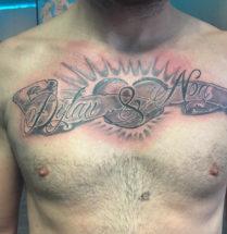 tatoeage van kinderen dylan & noa op de borst met een groot hart in het midden