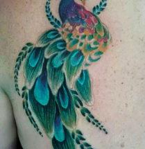 mooie elegante pauw getatoeerd op de rug waarin vooral veel groen is gebruikt