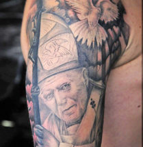 Tatoeage van de paus met een duif op de bovenarm