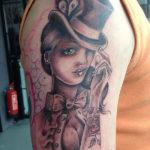 zwart witte old school tattoo van een vrouw met een hoed