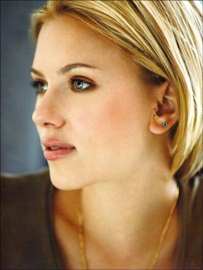 De tragus piercing van Scarlett Johanson