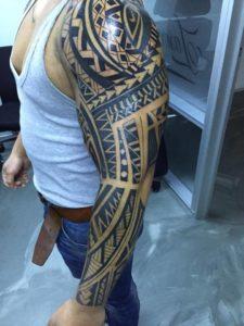 Maori tattoo geplaatst over de gehele linkerarm