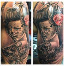 Chicago sleeve geplaatst op de bovenarm met een duif en rozen.