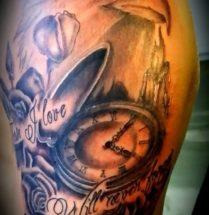 Adelaar tattoo met een klok en een tekst