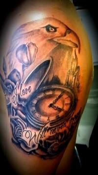Adelaar tattoo met klok