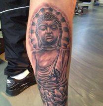 Boeddha met lotus bloemen op onderbeen