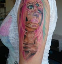 Chicano dame op bovenarm