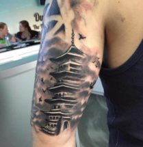 Chinese tempel op bovenarm
