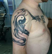 Draak op bovenarm en borst