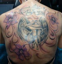 Engel met bloemen en tekst op rug