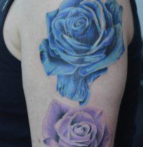 Gekleurde rozen op bovenarm