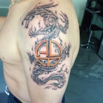 Draak en symbool op bovenarm