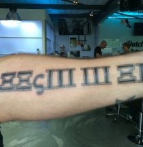 Tekst tattoo op onderarm