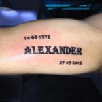 Naam tattoo op bovenarm