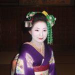 Vooraanzicht van een geisha, uiterlijk afgeleid van een Maiko