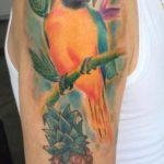 Papegaai en ananas op bovenarm