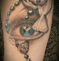 Rozenkrans met oog en duif op arm