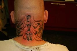 Tattoo geplaats over de gehele nek, met als effect dat die langer lijkt.