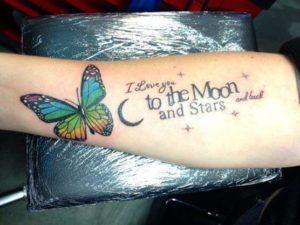Vlinder en teksten op onderarm