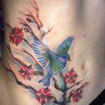 Vogel met kersenbloesem op buik