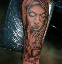 Vrouw met bloem op onderarm