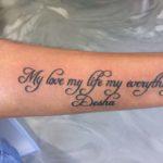 Text en naam tattoo op onderarm