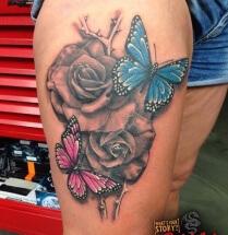 Vlinders en bloemen op bovenbeen