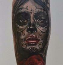 Chicano gezicht met bloem op onderbeen
