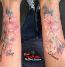 Bloemen tattoo's op onderarmen