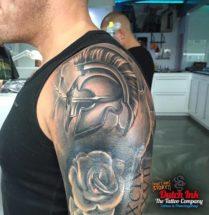 Spartaanse helm op bovenarm
