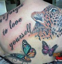 Tekst, vlinders en luipaard op rug