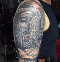 Babylonische tattoo op bovenarm