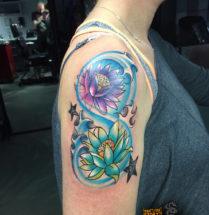 Felle lotus bloemen op bovenarm