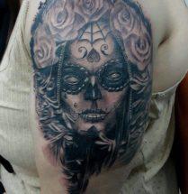 Chicano gezicht met rozen op bovenarm
