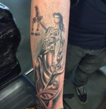 Vrouwe Justitia op onderarm