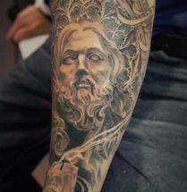 Religieus portret op onderarm