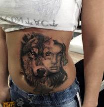 Wolf en gezicht op buik
