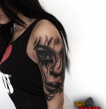 Vrouwelijk gezicht op bovenarm