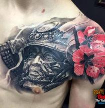 Samurai met bloemen op borst/bovenarm