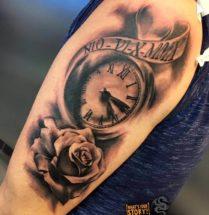 Klok met bloem op bovenarm